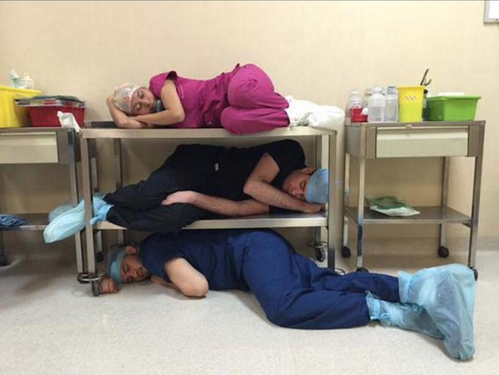 il-prend-un-medecin-qui-dort-en-photo-et-le-critique-mais-il-ne-s-attend-pas-a-une-telle-replique-5